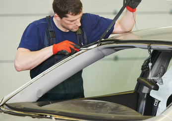 Демонтируем старый стеклопакет и очищаем кузов
